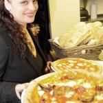 maria serves pizza_DSC5792